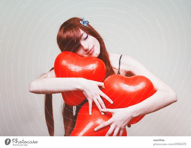 Junge Rothaarigefrau, die Herzballone umarmt schön Gesundheit Gesundheitswesen Wellness Wohlgefühl Valentinstag Mensch feminin Junge Frau Jugendliche 1