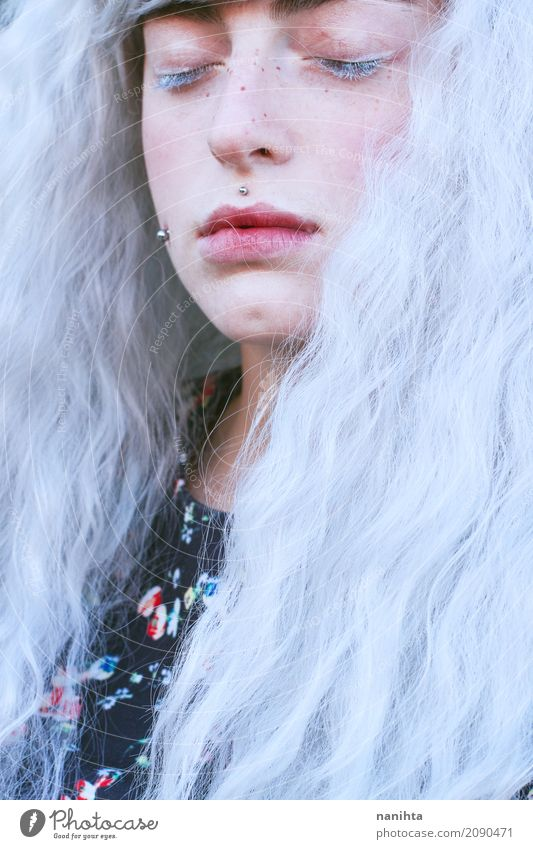 Junge schöne Frau mit dem weißen Haar Stil exotisch Gesicht Sommersprossen Mensch feminin Junge Frau Jugendliche 1 18-30 Jahre Erwachsene Kunst Jugendkultur