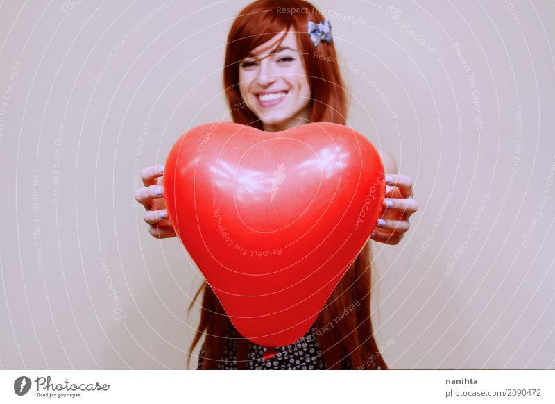 Die junge Frau, die ein rotes Herz hält, formte Ballon Lifestyle Freude schön Feste & Feiern Valentinstag Muttertag Mensch feminin Junge Frau Jugendliche 1
