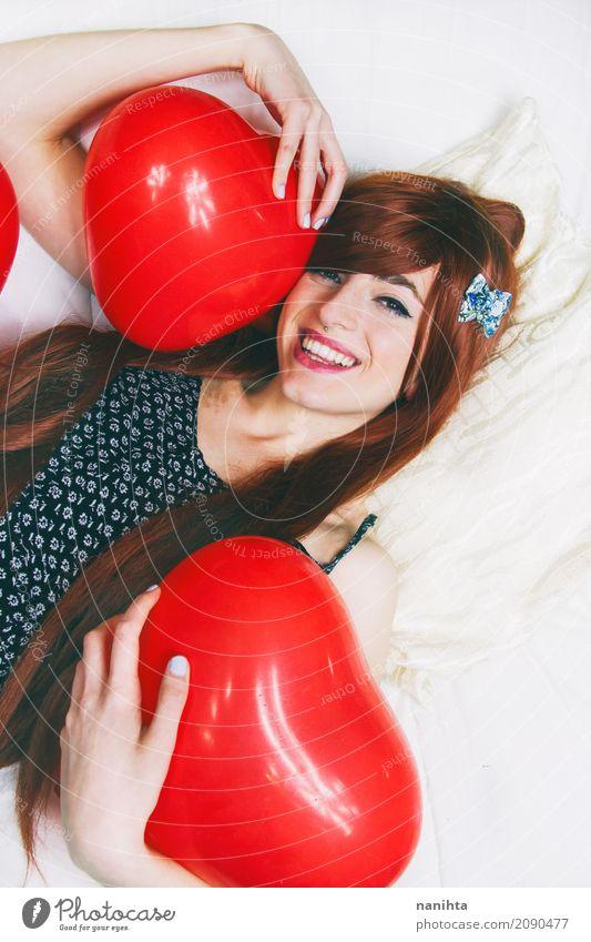 Die junge Rothaarigefrau, die rotes Herz umarmt, formte Ballone Lifestyle schön Wellness Leben Wohlgefühl Party Veranstaltung Valentinstag Mensch feminin