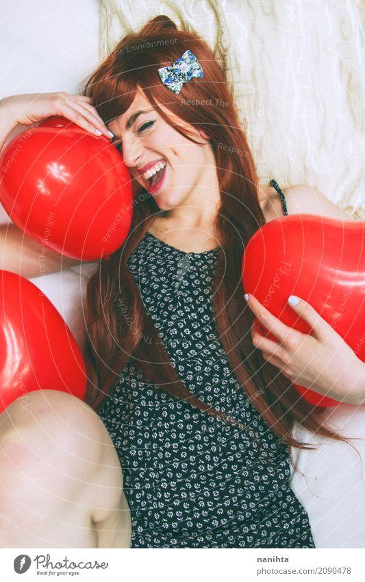 Junge Rothaarige und nette Frau, die Ballone umarmen Mensch Jugendliche Junge Frau schön weiß rot Freude 18-30 Jahre schwarz Erwachsene Leben Lifestyle Liebe