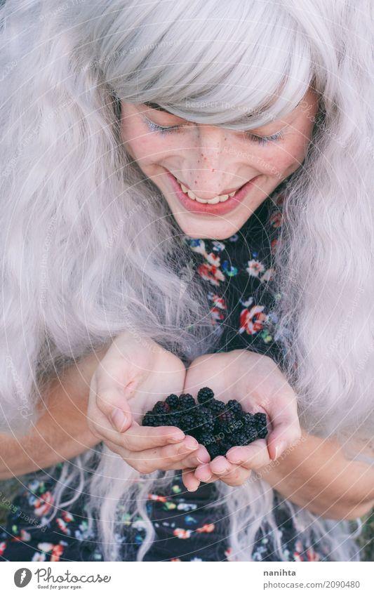 Junge Frau mit Brombeeren in ihren Händen Mensch Jugendliche schön weiß Freude 18-30 Jahre schwarz Erwachsene Leben Lifestyle lustig Gesundheit feminin Glück