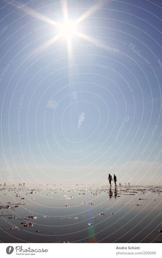 Planet 53.889419 / 8.652141 Mensch Wasser Himmel Meer blau Strand Ferien & Urlaub & Reisen Ferne Erholung Zusammensein Küste wandern Umwelt Spaziergang Klima Spuren