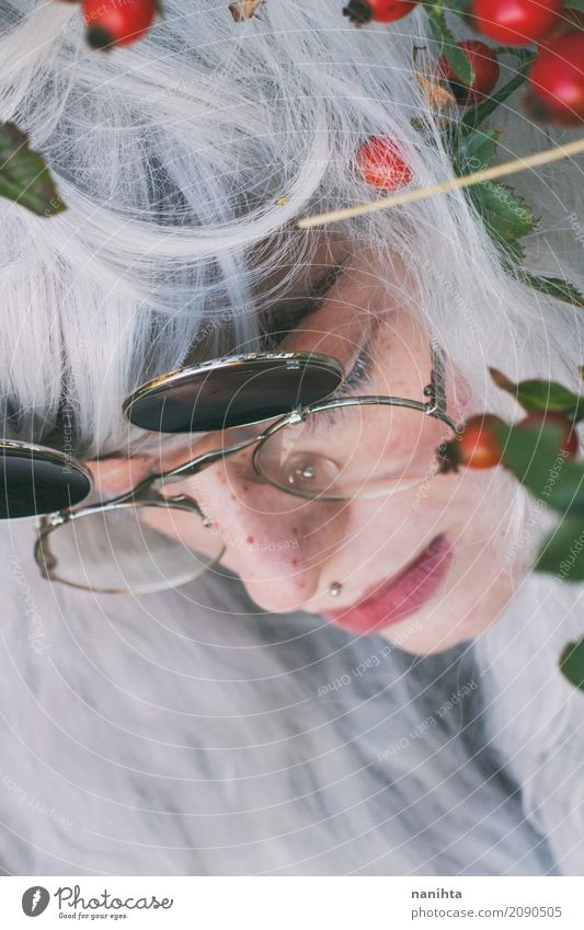 Profil einer hübschen jungen Frau mit weißem Haar Mensch Jugendliche Junge Frau schön grün rot Blatt 18-30 Jahre Gesicht Erwachsene Herbst Traurigkeit feminin