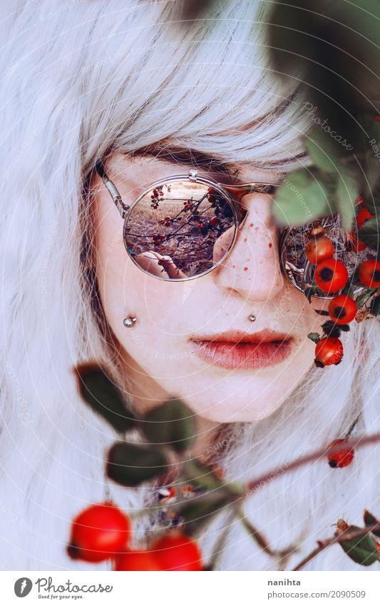 Künstlerisches Porträt einer jungen Frau mit Beeren Stil exotisch schön Haare & Frisuren Haut Gesicht Sommersprossen Mensch feminin Junge Frau Jugendliche 1