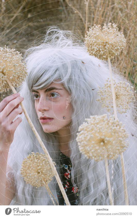 Junge Frau, die merkwürdige Blumen beobachtet Lifestyle Stil exotisch schön Alternativmedizin Sinnesorgane Mensch feminin Jugendliche 1 18-30 Jahre Erwachsene