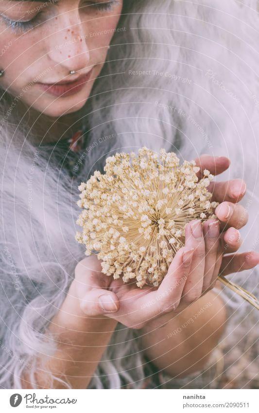 Junge verschiedene Frau, die eine trockene Blume berührt Mensch feminin Junge Frau Jugendliche 1 18-30 Jahre Erwachsene Natur Pflanze Herbst Blüte Piercing