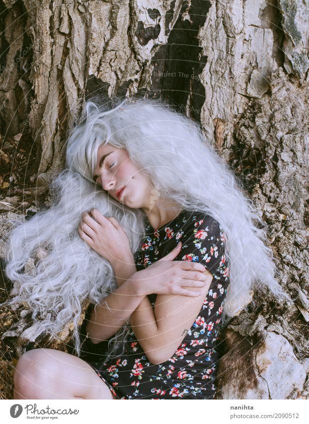 Junge Frau, die nahe einem sehr großen Baum sich umarmt exotisch Wellness Erholung Mensch feminin Jugendliche 1 18-30 Jahre Erwachsene Natur Herbst Winter Kleid