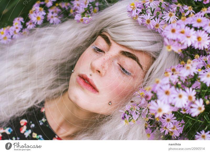 Junge Frau, die mit purpurroten Blumen aufwirft elegant Gesicht Sommersprossen Sinnesorgane Erholung Duft Mensch feminin Jugendliche 1 18-30 Jahre Erwachsene