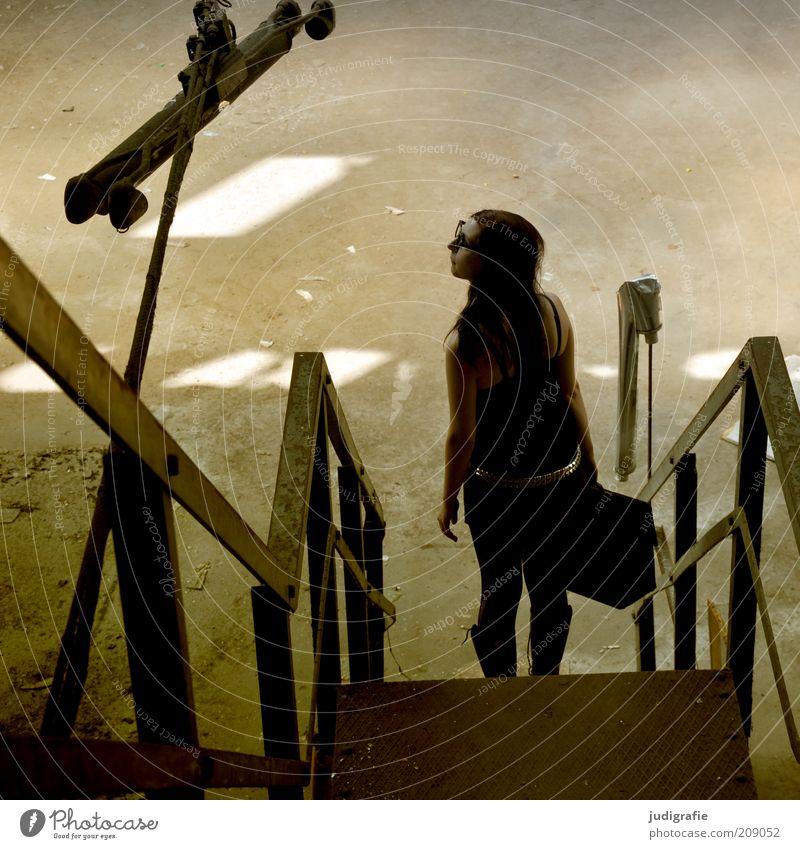 Treppe Ferien & Urlaub & Reisen Tourismus Mensch feminin Junge Frau Jugendliche 1 18-30 Jahre Erwachsene Blick stehen außergewöhnlich dunkel trashig Stimmung