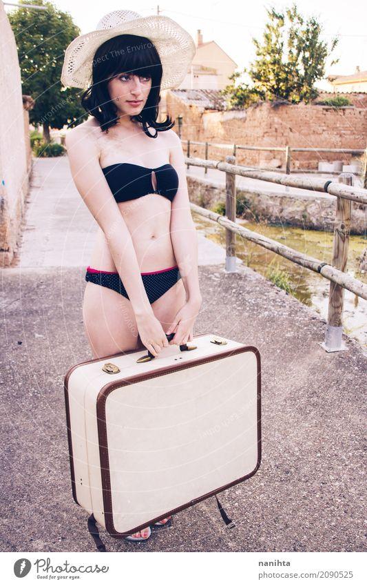 Junge Frau, die einen Bikini trägt und einen Koffer anhält Lifestyle Stil Körper Ferien & Urlaub & Reisen Tourismus Ausflug Freiheit Sommer Sommerurlaub Mensch