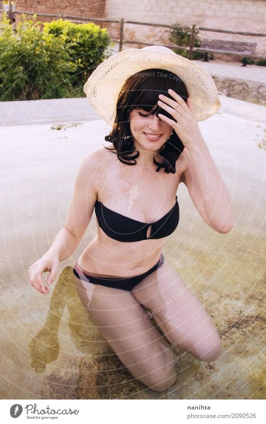 Junge Frau, die Sommer in einem Pool genießt Mensch Ferien & Urlaub & Reisen Jugendliche Wasser Sonne 18-30 Jahre Erwachsene Lifestyle natürlich feminin Stil