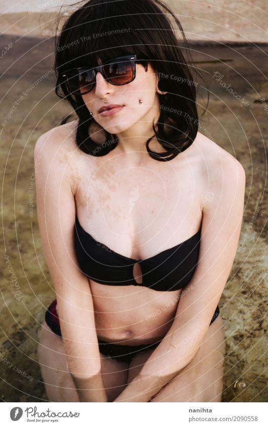 Junge schöne Frau, die einen schwarzen Bikini trägt Mensch Ferien & Urlaub & Reisen Jugendliche Junge Frau Sommer Wasser 18-30 Jahre Erwachsene Lifestyle