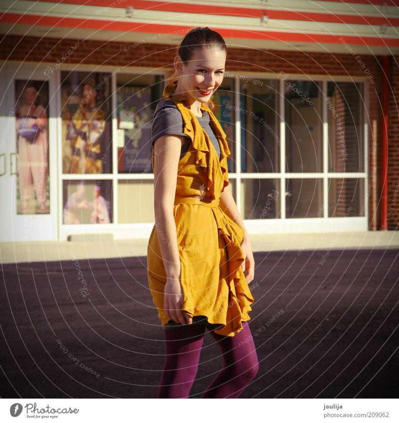bright side Lifestyle Stil schön Lippenstift feminin Junge Frau Jugendliche Erwachsene Mode Bekleidung Kleid brünett langhaarig trendy einzigartig modern dünn