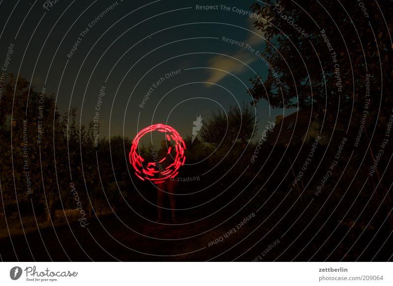 Nachts rumspielen Mensch Natur rot Freude Spielen Bewegung Garten Park Linie rosa Kreis rund Nachthimmel leuchten Dynamik drehen