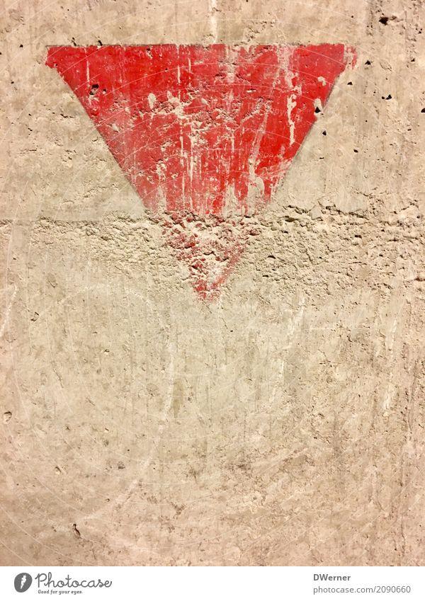 Zeichen alt rot Haus Wand Bewegung Mauer Stein Fassade Schriftzeichen Schilder & Markierungen Hinweisschild kaputt historisch Wandel & Veränderung