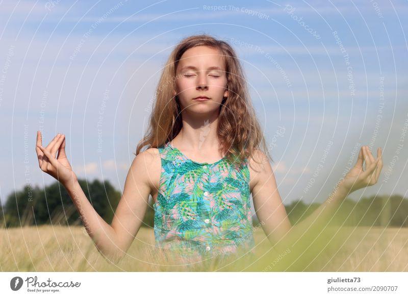 World peace through meditation Mädchen Leben 1 Mensch 8-13 Jahre Kind Kindheit 13-18 Jahre Jugendliche Wolkenloser Himmel Sonnenlicht Sommer Schönes Wetter Feld