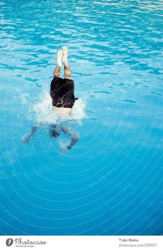 Eintauchen Freizeit & Hobby Sport Wassersport Mensch maskulin Junger Mann Jugendliche Beine Fuß springen platschen Wasseroberfläche Schwimmbad Kopfsprung Sommer