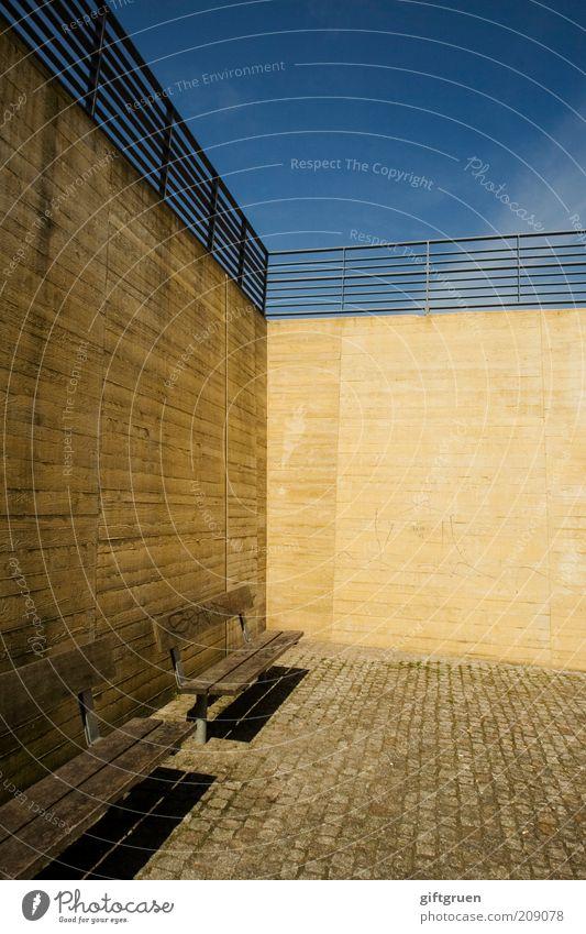 urban spaces Mauer Wand Erholung ästhetisch eckig einfach modern steril gelb Bank Sitzgelegenheit Geländer Himmel Kopfsteinpflaster Pflastersteine unten eng