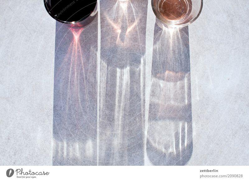 Wein zum Feierabend (quer) Feste & Feiern Getränk Pause Rose Roséwein rot Rotwein Textfreiraum Tisch Tischplatte Vogelperspektive Alkohol Licht Schatten Abend