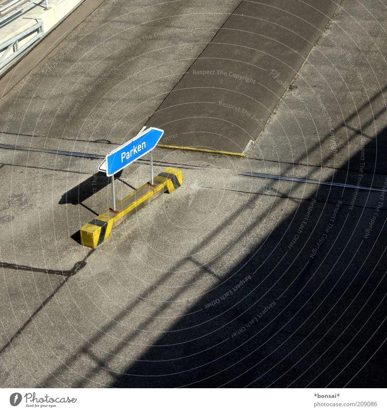 parken / Gebäude Dach Straßenverkehr Zeichen Schilder & Markierungen Hinweisschild Warnschild Pfeil stehen oben blau gelb grau Ordnungsliebe Kontrolle planen