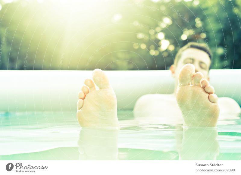 Have a break Mensch Mann Jugendliche Wasser ruhig Erholung Erwachsene Fuß Schwimmen & Baden maskulin Wellness Schwimmbad leuchten Gelassenheit 18-30 Jahre Im Wasser treiben