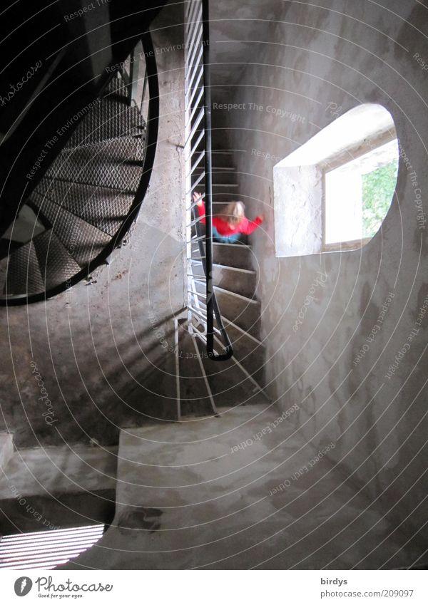 Traumtreppe Mensch Kind Mädchen rot Einsamkeit Wand Fenster Bewegung grau Architektur gehen Suche Perspektive Treppe Turm