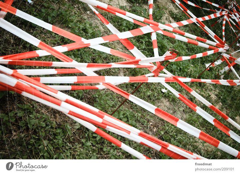 verboten Garten Wiese Menschenleer außergewöhnlich bedrohlich Verbote Warnung Barriere Schutz Baustelle chaotisch durcheinander Netzwerk rot weiß netzartig