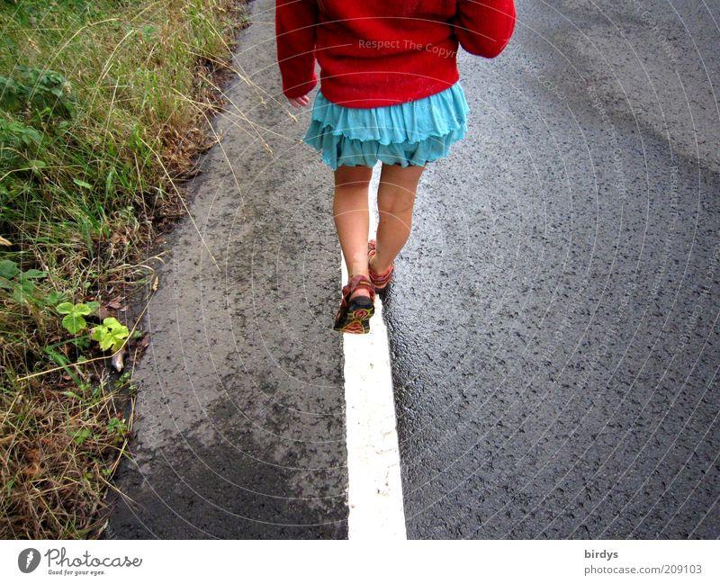 easy balance Mensch Kind Mädchen grün blau rot Sommer Straße Leben Gras Bewegung Linie Beine lustig gehen