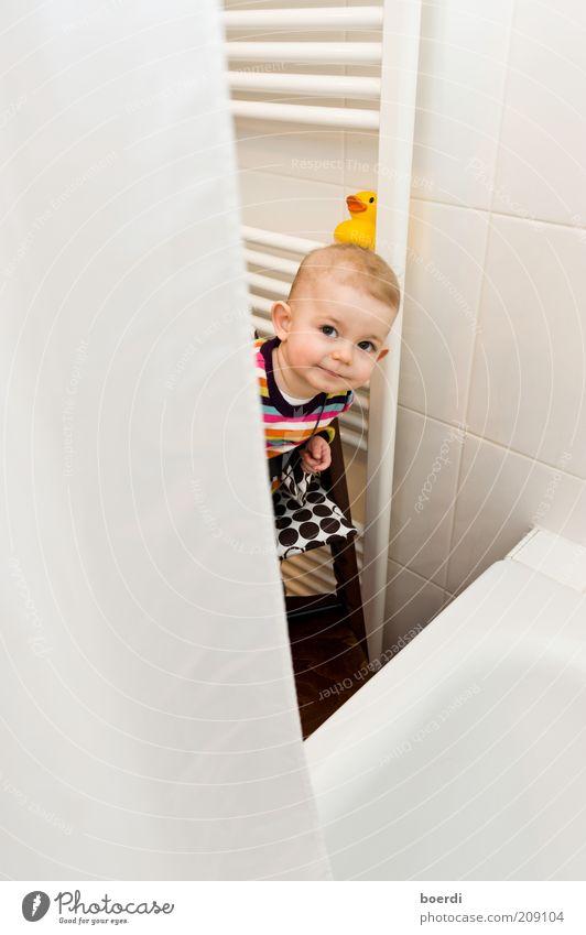 hAllo Häusliches Leben Wohnung Bad Kind Mensch Baby Kleinkind Kindheit Gesicht 1 0-12 Monate 1-3 Jahre Badeente Blick lustig Neugier niedlich mehrfarbig weiß