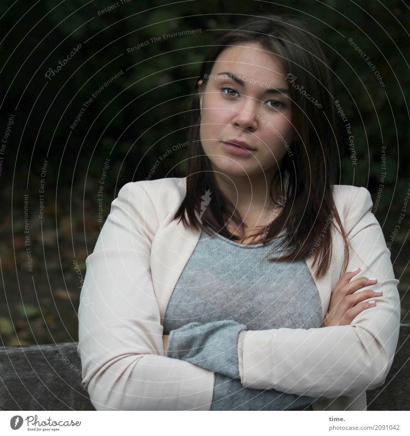 Yuliya Mensch Frau schön ruhig Erwachsene feminin Zeit Denken Park warten beobachten Coolness festhalten Mut Konzentration Jacke