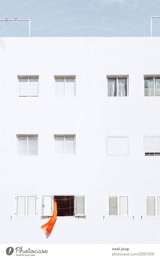Crazy neighbour Haus Fassade Fenster Vorhang beobachten einfach einzigartig trashig Stadt orange weiß Langeweile Überraschung Einsamkeit Platzangst Perspektive