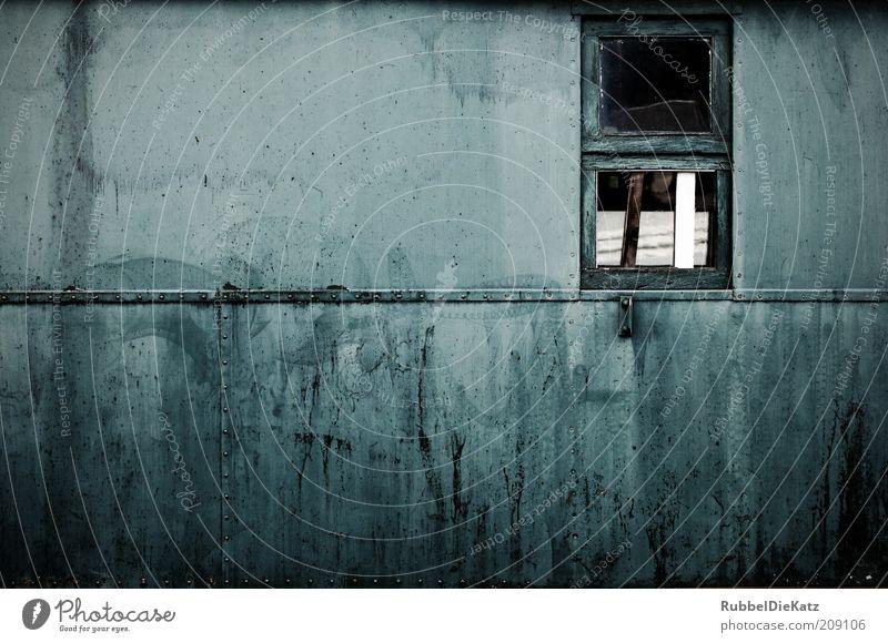 Ausgedient alt blau Wand Fenster Holz Mauer Metall dreckig Architektur Verkehr Eisenbahn Fassade Güterverkehr & Logistik kaputt verfallen