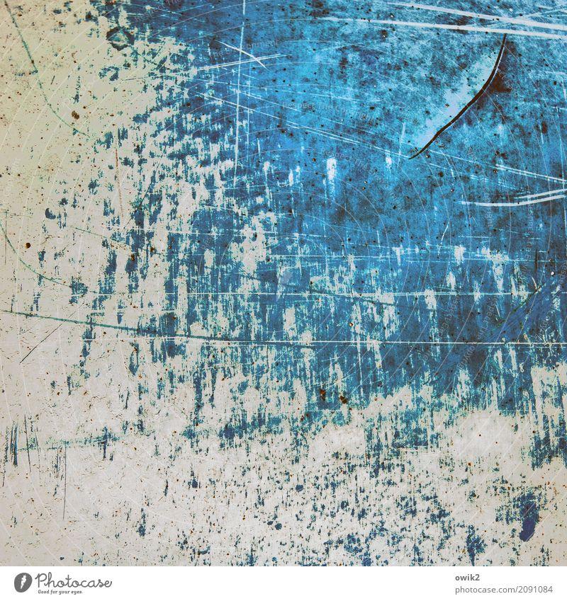 Blaues Rauschen Metall alt kaputt trashig blau gelb grau türkis Vergänglichkeit Zerstörung Kratzer Kratzspur Aggression Farbstoff Zahn der Zeit Farbfoto