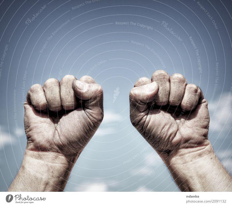 Himmel Jugendliche blau Hand 18-30 Jahre schwarz Erwachsene Freiheit dreckig Kraft Finger Idee Schutz Macht stark Hautfalten