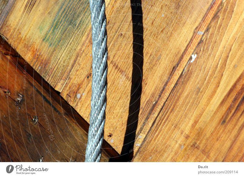 Seilschaften Holz Stahl Farbfoto Außenaufnahme Licht Schatten Sonnenlicht Holzbrett Stahlkabel parallel Gleichstellung gleich Verlauf Tag