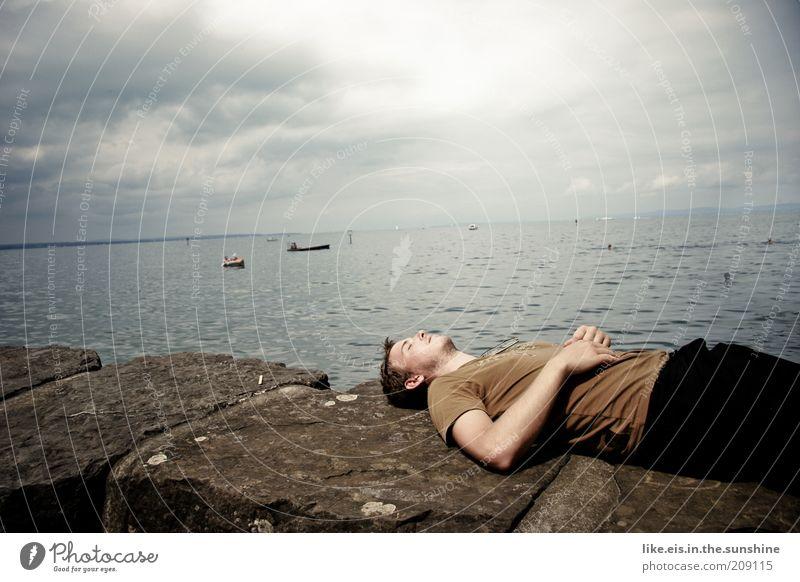 Chillen deluxe (II) Himmel Natur Jugendliche Wasser Sommer Wolken ruhig Erwachsene Erholung Mauer See träumen Felsen Klima maskulin liegen