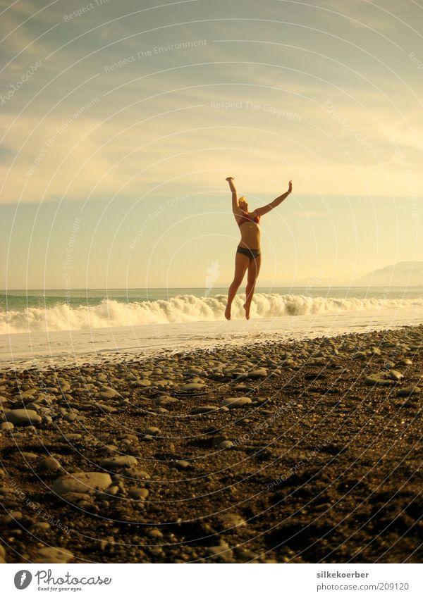 ausgespuckt Mensch Himmel Jugendliche Sommer Meer Freude Strand Erwachsene Leben feminin Sand springen Glück Stein Gesundheit Zufriedenheit