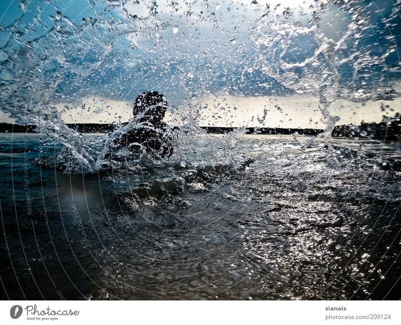 abspritzen Mann Natur Wasser Sommer Freude Ferien & Urlaub & Reisen Leben Erholung Spielen See Erwachsene nass Wassertropfen Horizont