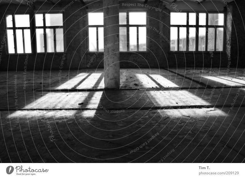 Loft in Berlin Haus Fenster Gebäude leer Baustelle Etage Platzangst Unbewohnt Industrieanlage Schwarzweißfoto Leerstand Lichteinfall Kontrast Fensterfront