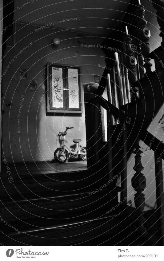 kleines Rad Altstadt Haus Treppe Gefühle Traurigkeit Schwarzweißfoto Innenaufnahme Tag Licht Schatten Kontrast trist dunkel unheimlich Kindheitserinnerung