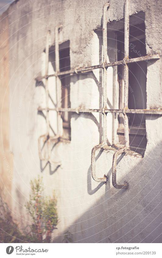 Kabuff alt Haus Einsamkeit Wand Fenster Mauer Fassade geschlossen Bauwerk Barriere hässlich Industrieanlage Justizvollzugsanstalt Gitter einsperren Barrikade