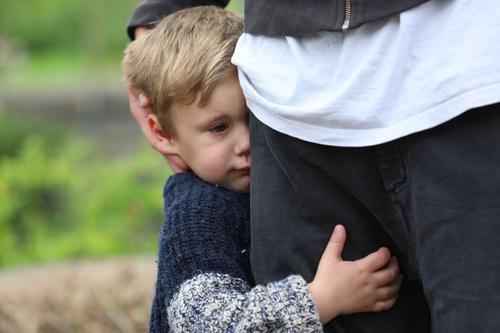halt Kind Junge Frau Stadt Erwachsene Traurigkeit Gefühle Beine Berlin Familie & Verwandtschaft blond Kraft Schutz festhalten Generation Vater