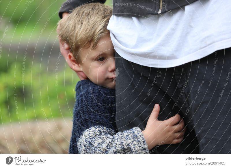 """halt Kind Junge Vater Erwachsene Familie & Verwandtschaft Stadt blond kurzhaarig Traurigkeit weinen Gefühle Berlin Generation """"halt Geborgenheit schutz"""