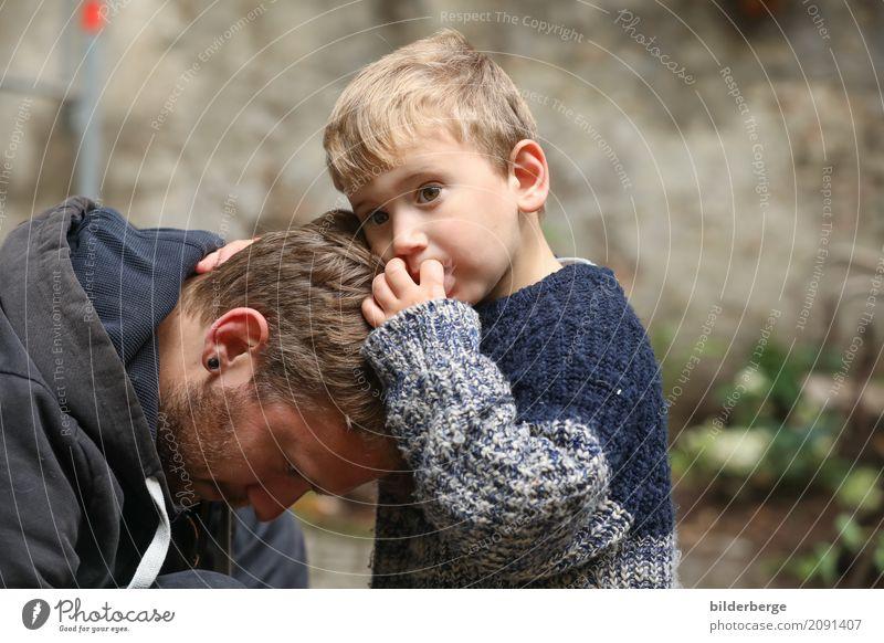 gemeinsam Kind Erwachsene Gefühle Berlin Familie & Verwandtschaft Zusammensein blond Altstadt Vertrauen Partnerschaft Generation Kleinkind Vater Geborgenheit