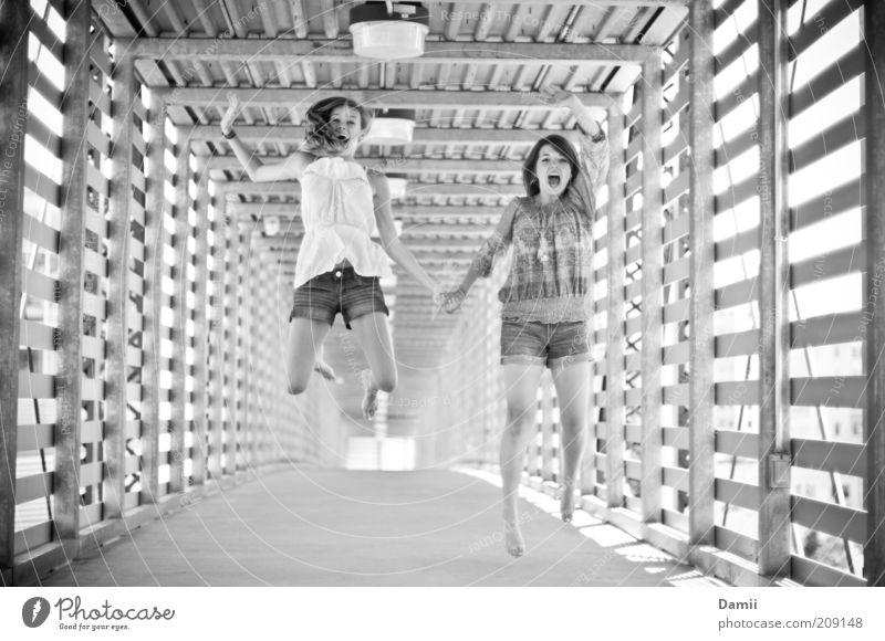 1,2...go! eeeh...3? feminin Freundschaft Mensch Brücke schreien springen toben Gesundheit frei Fröhlichkeit frisch Freude Glück Lebensfreude Erfolg gleich