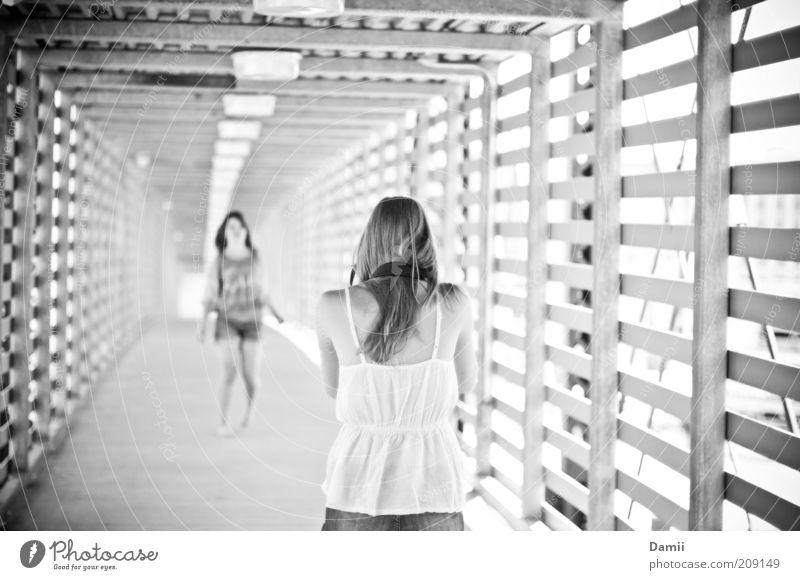 Ya, like that! Mensch Jugendliche schön Junge Frau Ferne Bewegung Wege & Pfade feminin Zusammensein Freundschaft Zufriedenheit frei genießen Bekleidung Lebensfreude Brücke