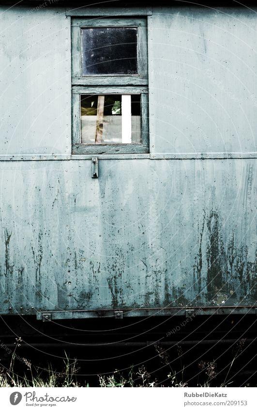 Zeit ist schön alt blau schwarz Farbe Fenster Holz Metall dreckig retro kaputt verfallen Verfall Rost historisch Blech Bildausschnitt