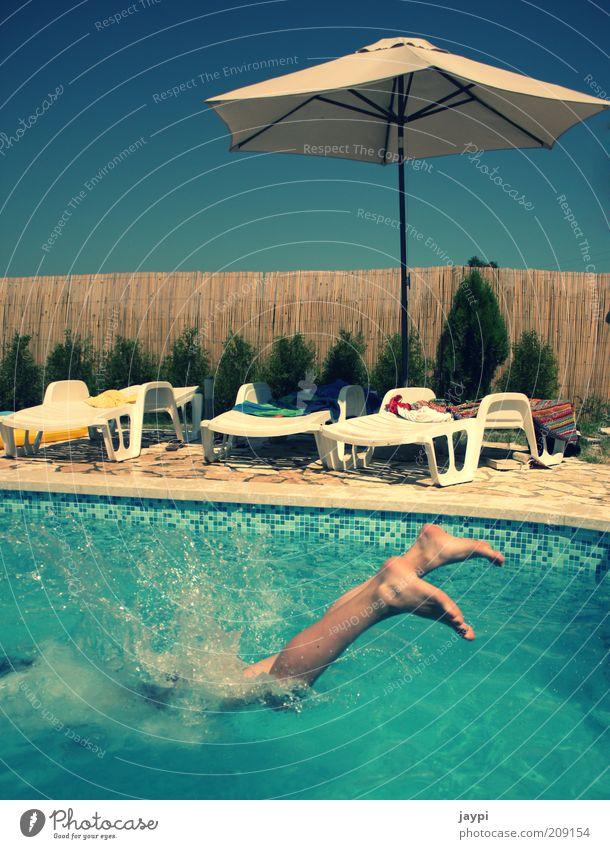 Platsch Mensch Wasser blau Mädchen Sonne Ferien & Urlaub & Reisen Sommer Freude springen Beine Wellen Freizeit & Hobby nass Schwimmen & Baden Coolness Schwimmbad