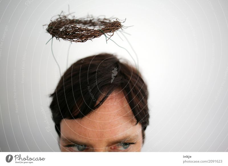 DIY Segen II Lifestyle Stil Freizeit & Hobby Frau Erwachsene Leben Kopf Haare & Frisuren Gesicht Auge 1 Mensch 30-45 Jahre Kranz Heiligenschein Denken Blick